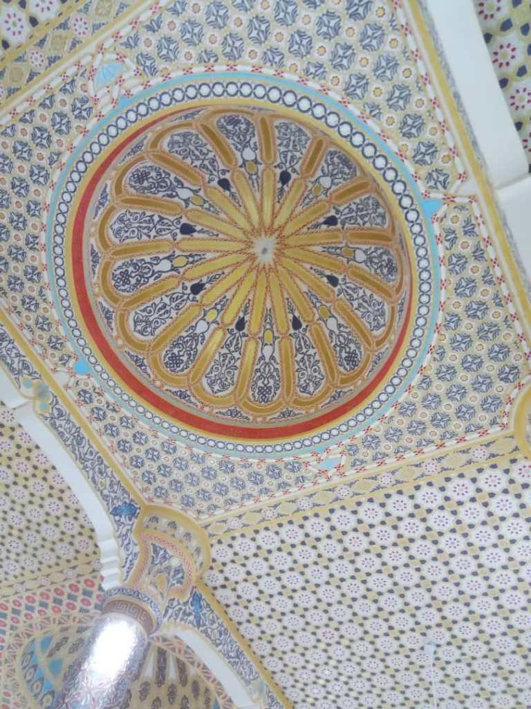Il soffitto di una delle grandi sale per la preghiera nella moschea di Touba.